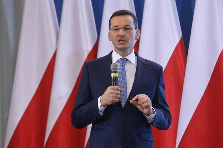 """Premier Morawiecki wręczył szefowi KE """"białą księgę"""" dot. reform sądownictwa"""