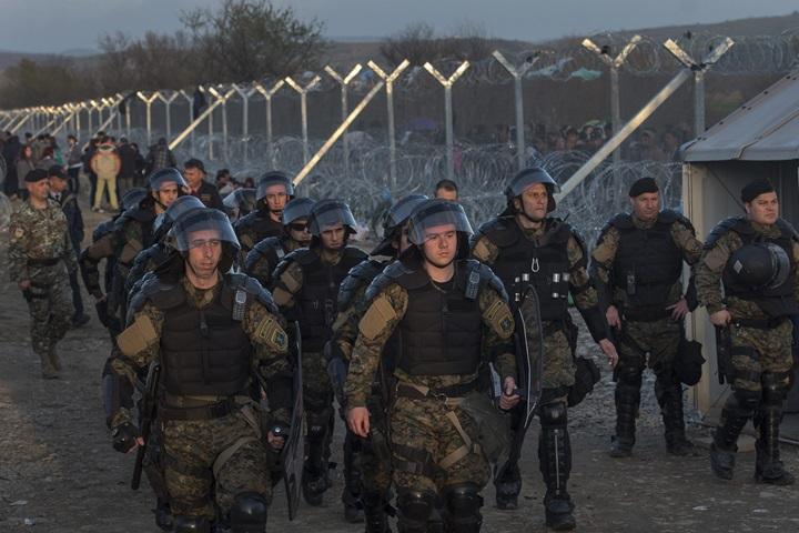 Macedonia wysłała kolejnych policjantów i żołnierzy na granicę z Grecją