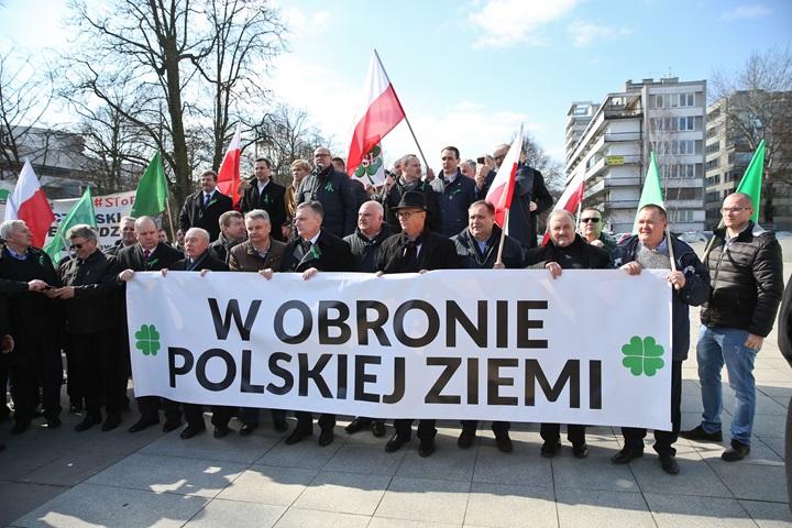 """Warszawa: manifestacja rolników """"w obronie polskiej ziemi"""""""