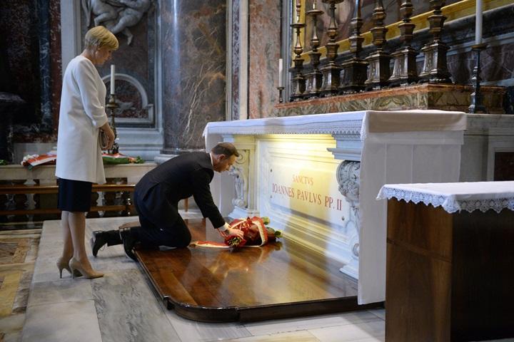 Para prezydencka złożyła kwiaty na grobie św. Jana Pawła II