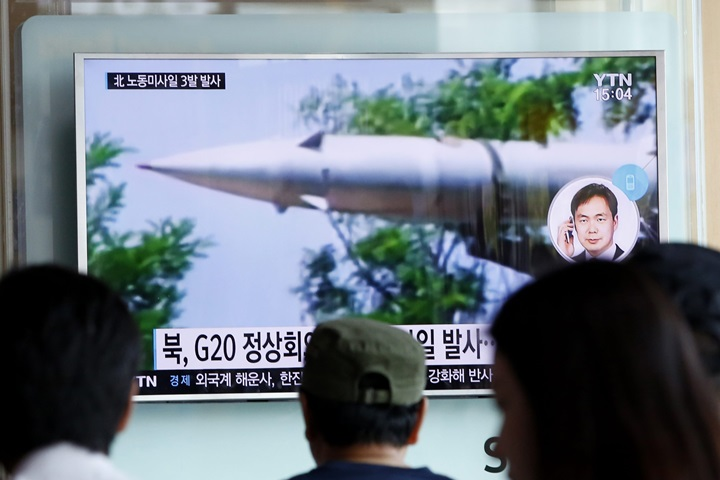 Seul: Korea Północna wystrzeliła trzy pociski średniego zasięgu