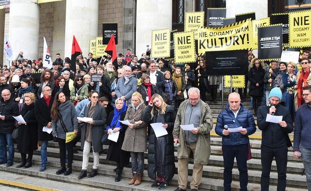 """""""Nie oddamy wam kultury"""". Artyści protestowali w Warszawie"""