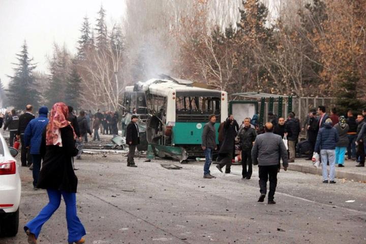 13 zabitych w eksplozji przed uniwersytetem w Turcji. Celem ataku był bus z żołnierzami