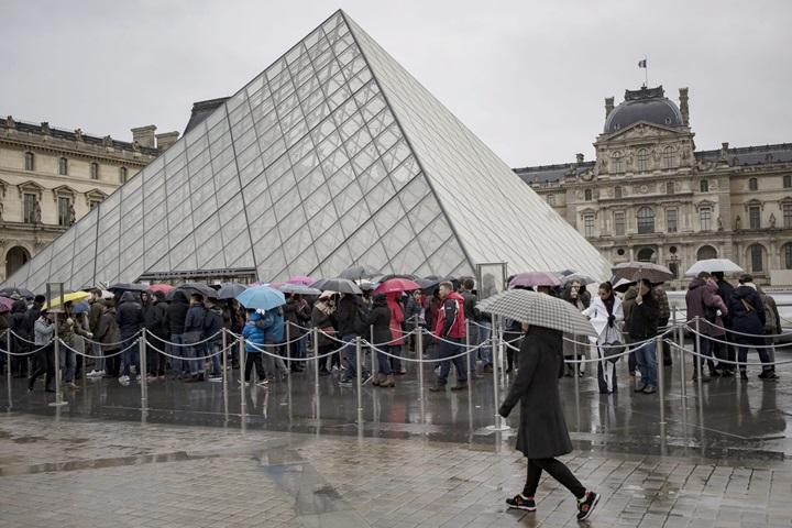 Paryski Luwr otwarty dla turystów po piątkowym ataku