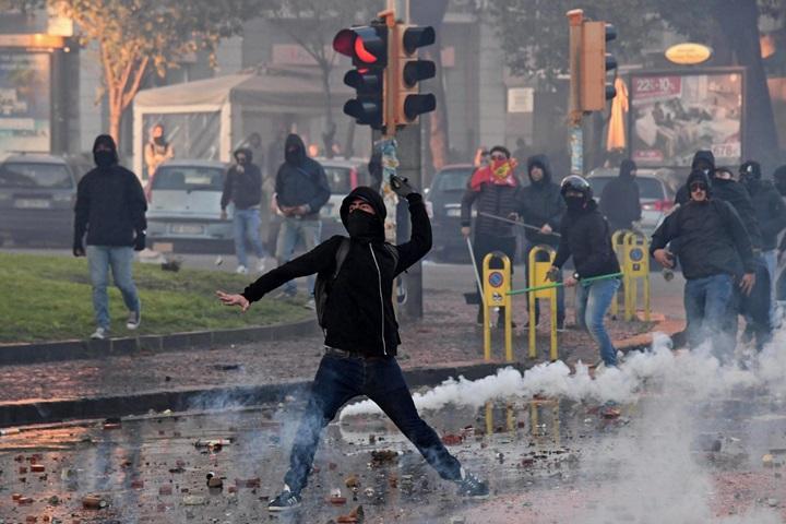 Zamieszki w Neapolu: 34 rannych, w tym 28 policjantów