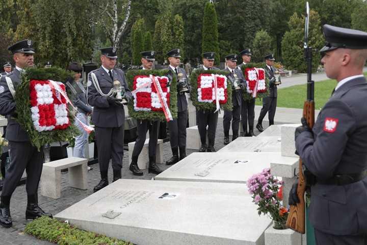 Wieńce i znicze w miejscach upamiętniających wojskowych lotników