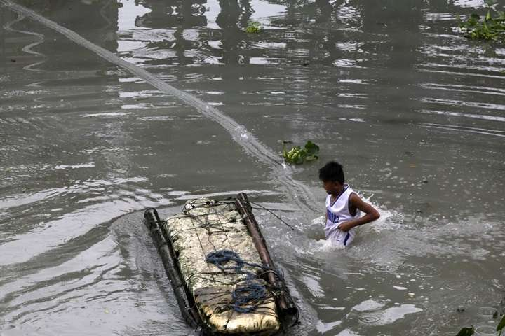 Filipiny: 240 ofiar śmiertelnych burzy tropikalnej