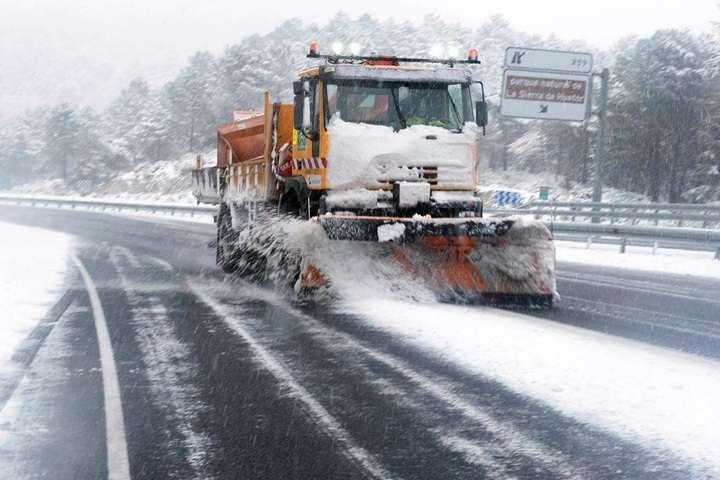 GDDKiA: na wielu drogach ślisko, jazdę utrudniają też opady