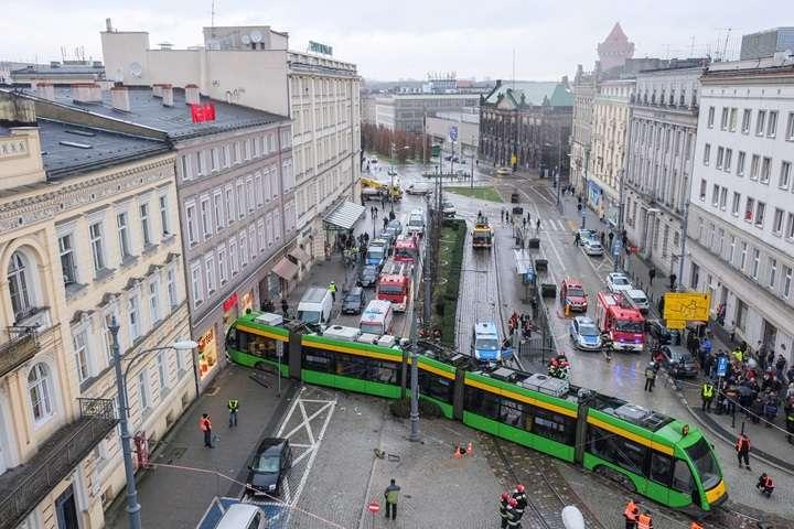 Poznań: tramwaj wykoleił się i wjechał w budynek w centrum miasta