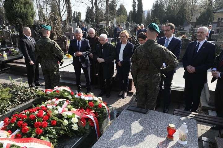 Premier Morawiecki i prezes PiS złożyli kwiaty na grobach współpracowników Lecha Kaczyńskiego