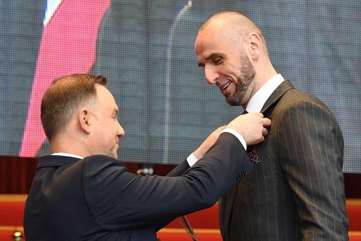 Chicago: prezydent wręczył odznaczenia zasłużonym dla Polonii, w tym – M. Gortatowi