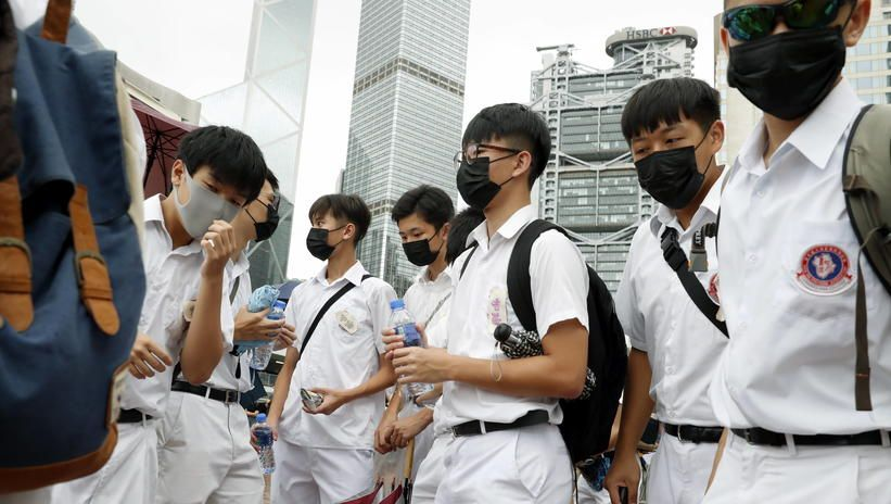 Rząd Hongkongu skorzystał z przepisów o stanie kryzysowym, zakazał masek