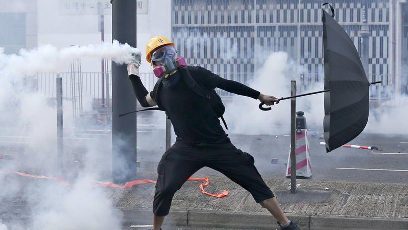 Hongkong: policja postrzeliła demonstranta; jest w stanie krytycznym