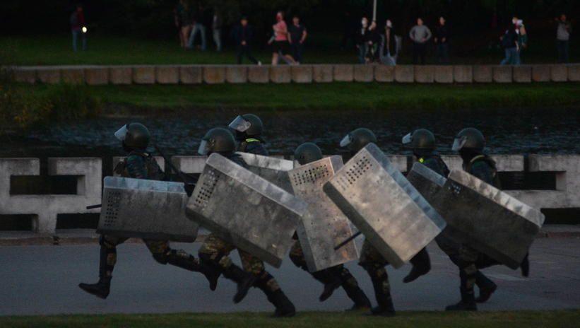 """Białoruskie MSW gotowe do """"humanitarnego użycia broni"""" na protestach"""