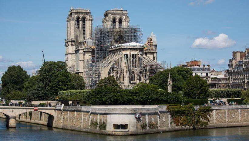 Paryżanie i turyści nadal nie mają wstępu do wnętrza katedry Notre Dame